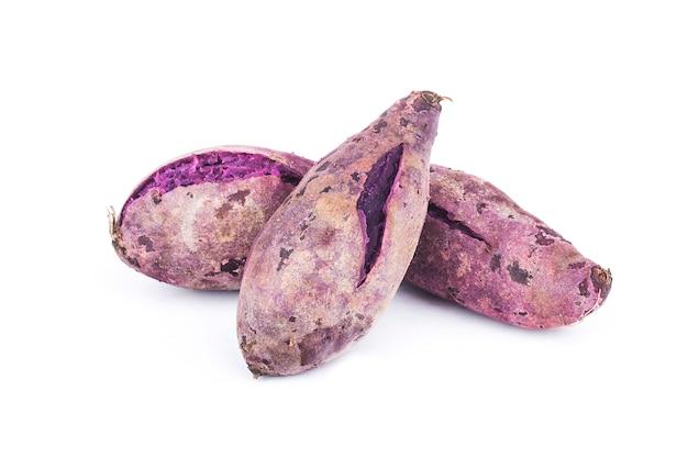 Paarse zoete aardappelen op wit