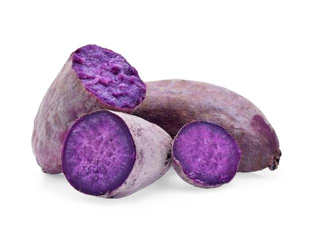 Paarse zoete aardappelen op witte achtergrond