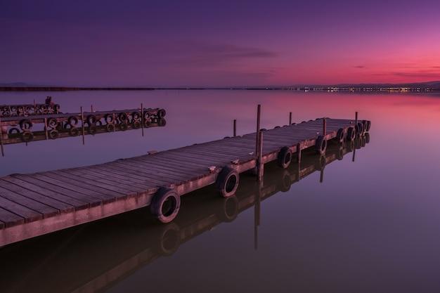 Paarse zonsondergang aan de kust