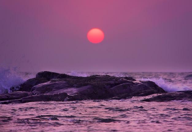 Paarse zonsondergang boven de arabische zee. goa, india