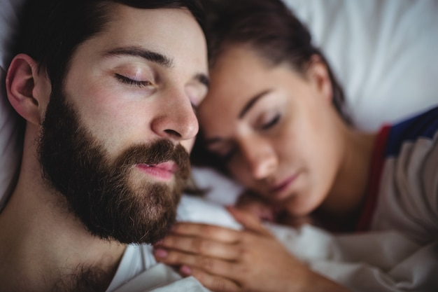 Paarslaap samen op bed
