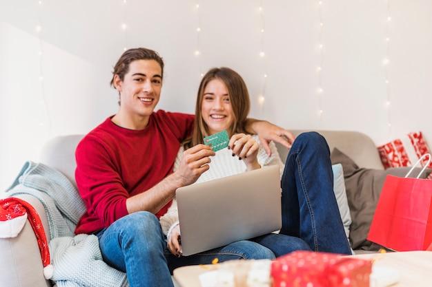 Paarzitting met laptop en creditcard