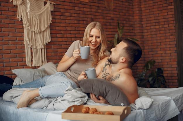 Paarzitting op een bed in een ruimte