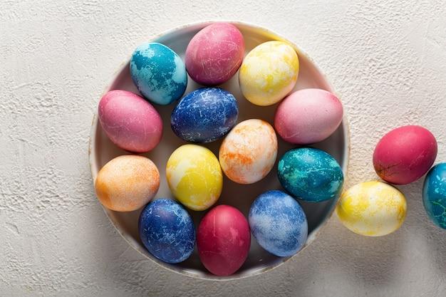 Paas eieren op een schotel close-up