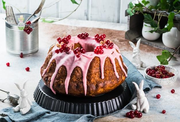 Paascake. kulich cake. traditionele babka. cake voor viering. pasen concept. panettone. stilleven van voedsel, vrouwendag, voorjaarsvoedsel, cake met bessen, baba au rhum, brioche. kerstcake