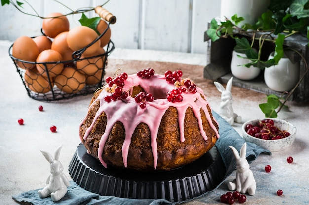 Paascake. kulich cake. traditionele babka. cake voor viering. pasen concept. panettone.