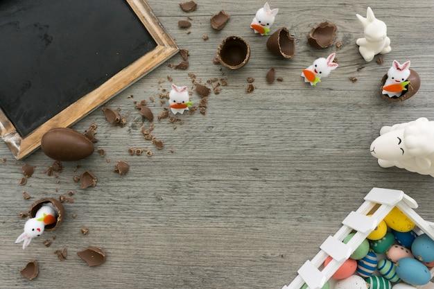 Paasdag samenstelling met chocolade-eieren en konijnen