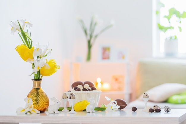 Paasdecoratie met lentebloemen in wit interieur