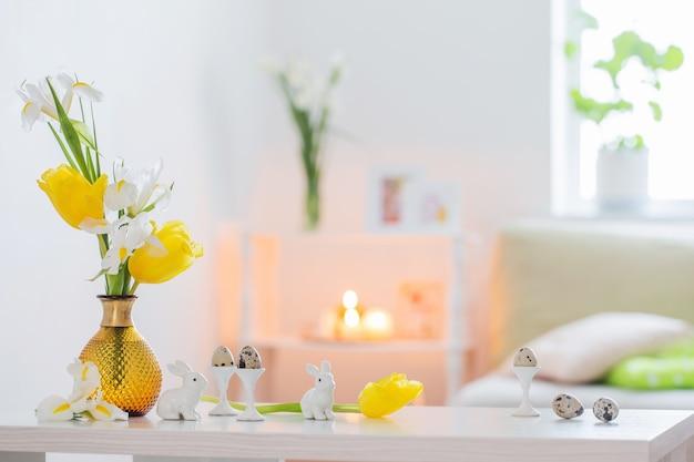 Paasdecoraties met lentebloemen in wit interieur
