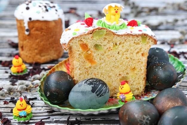 Paaseieren beschilderde karkadethee, paaskoekjes op een bord, lentestilleven