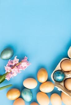 Paaseieren bloemen op blauwe plat leggen bovenaanzicht kopie ruimte paasdag