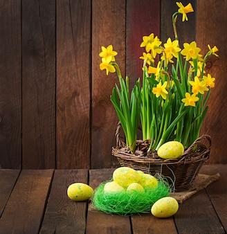 Paaseieren en bloemen op een donkere houten tafel