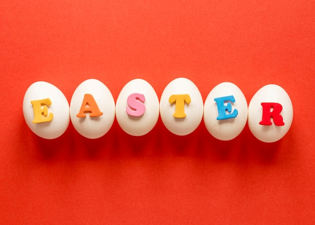Paaseieren en gekleurde letters