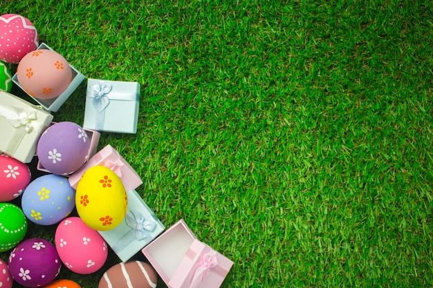 Paaseieren en giftdoos op de groene grasachtergrond