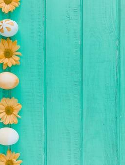 Paaseieren en oranje bloemen op bureau