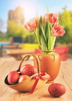 Paaseieren en tulpen in openluchtkoffie