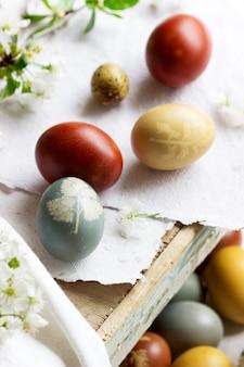 Paaseieren geverfd met natuurlijke kleurstoffen, kool, kamille, hibiscus en uienschil.