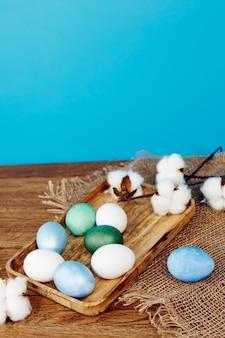 Paaseieren houten bakjes decoratie vakantie blauwe achtergrond. hoge kwaliteit foto