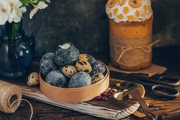 Paaseieren in de ronde houten doos met appelbloesem tak