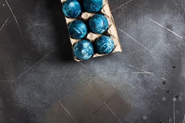 Paaseieren in kartonnen verpakking met de hand geschilderd in blauwe kleur