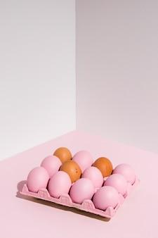 Paaseieren in roze rek op lichte lijst