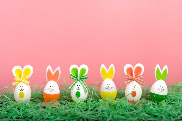 Paaseieren leuk konijntje op roze backgroung. grappige decoratie. vrolijk pasen-concept
