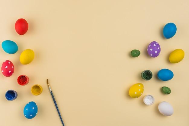 Paaseieren met verven en penseel op tafel