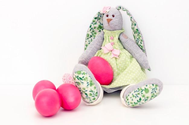 Paaseieren schattige konijntjes zijn in de mand. gelukkig pasen. beschilderde eieren op een lichte ondergrond
