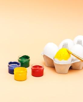 Paaseieren veelkleurige verf en penseel voor het versieren van eieren voor de viering van pasen handgemaakte creativiteit met kinderen voor decoratie op pasen