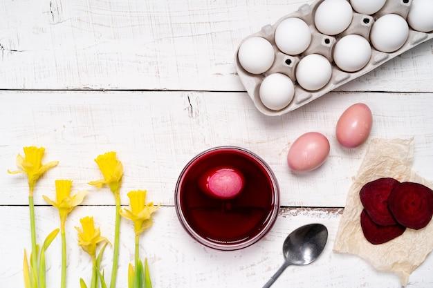 Paaseieren zijn gekleurd met natuurlijke eierverf van fruit en groenten