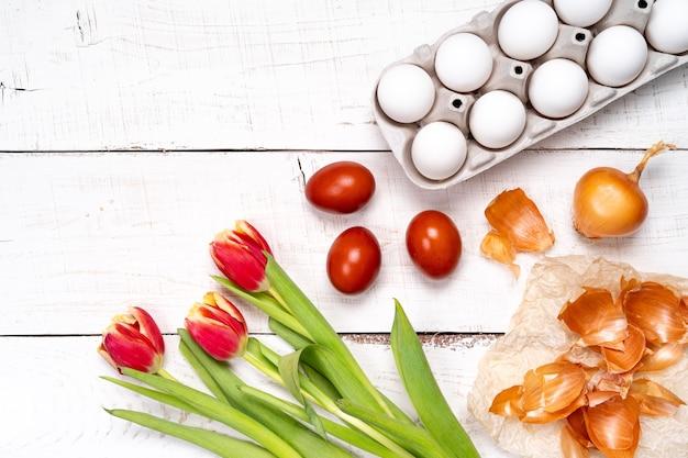 Paaseieren zijn geverfd met natuurlijke eierverf van fruit en groenten, eieren zijn geverfd met ui
