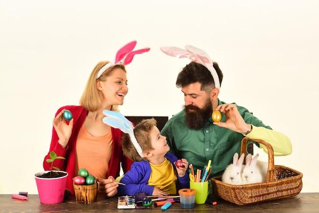 Paaseierenfamilie konijntje met grappige konijnenoren