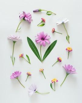 Paaseivorm gemaakt van kleurrijke bloemen en groene bladeren