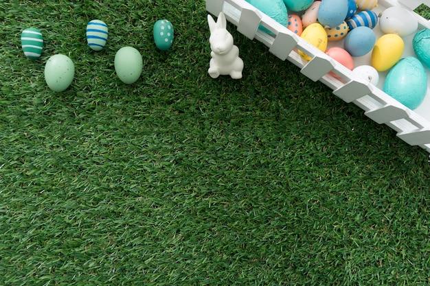 Paashaas en gekleurde eieren op grasmat