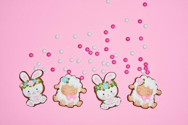 Paashaas en lamskoekjes over roze pastelkleurachtergrond