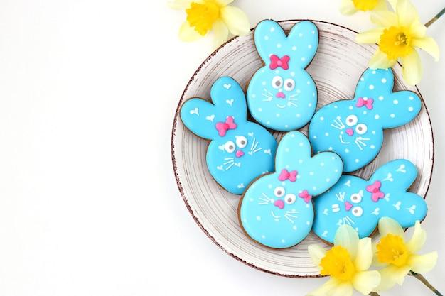 Paashaas suikerkoekjes, schattige dierenvormige koekjes zoals schattige blauwe konijnen op een witte achtergrond