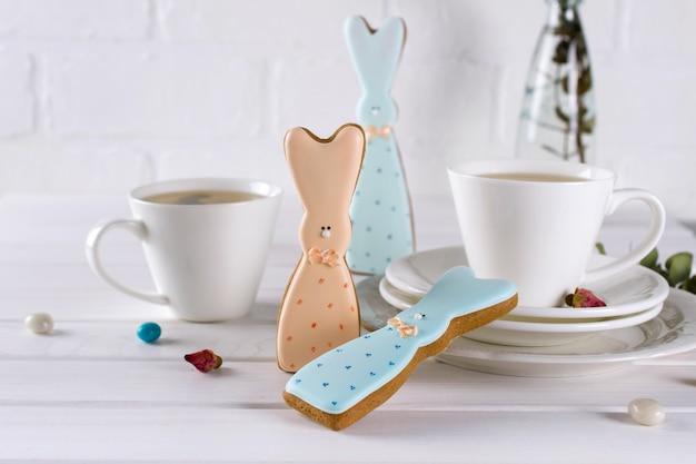 Paashaaskoekjes en kop thee. viering ontbijttafel instelling. vakantie decoraties.