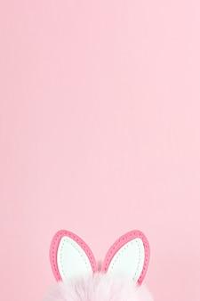 Paashaasoren op roze met exemplaarruimte. lente vakantie ontwerp.