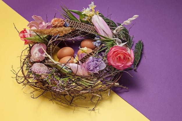 Paaskaart. geschilderde paaseieren in nest