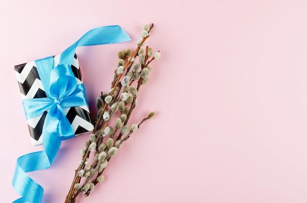 Paaskaart met een geschenk en een traditionele inrichting op een roze