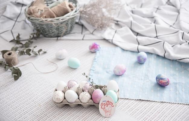 Paassamenstelling met een dienblad met feestelijke eieren en decoratieve elementen