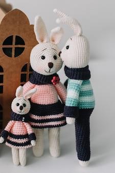 Paassamenstelling met een schattige familie van handgemaakte gebreide konijntjeskonijnen