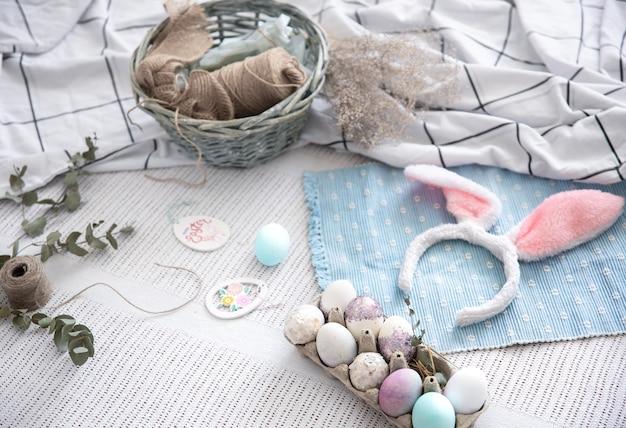 Paasstilleven met decoratieve paashaasoren, een dienblad met feestelijke eieren en decoratieve elementen