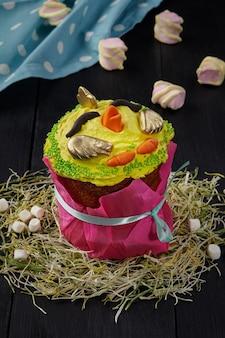 Paastaart met gele opgeklopte eiwitten in de vorm van kip