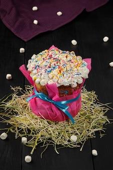 Paastaart met opgeklopte eiwitten en kleurrijke marshmallows