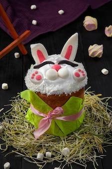 Paastaart met opgeklopte eiwitten in de vorm van een konijntje