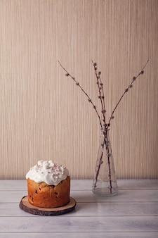 Paastaartjes versierd met marshmallows met wilg.