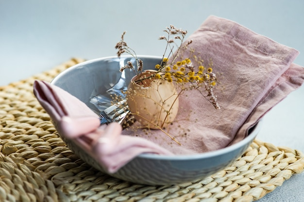 Paastafel instelling in stofroze met droge bloemen op betonnen tafel