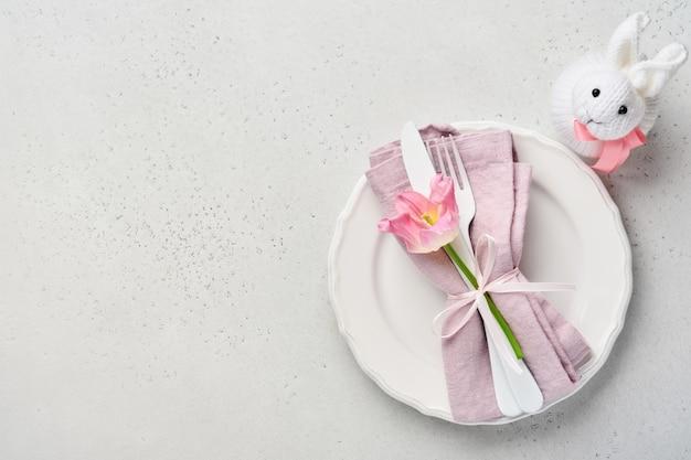 Paastafel met bloemendecor op grijze tafel. elegant diner.