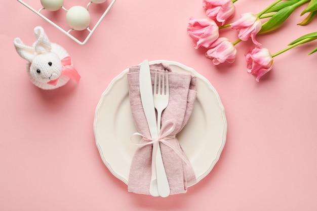 Paastafel met bloemendecor op roze tafel